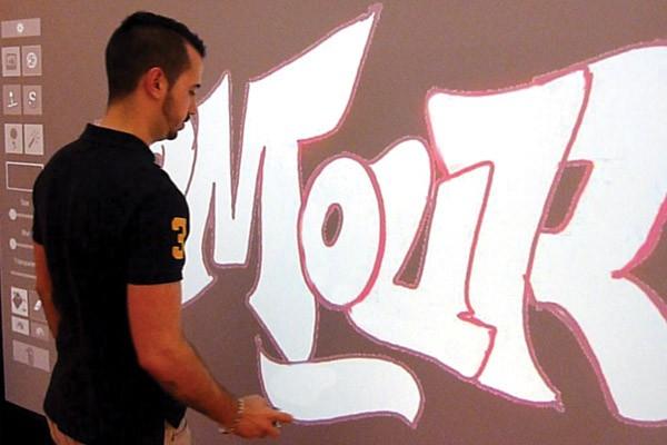 """Graffiti Virtuel permet de réaliser de la peinture virtuelle sur un """"mur numérique"""" (écran géant 2x3m)."""