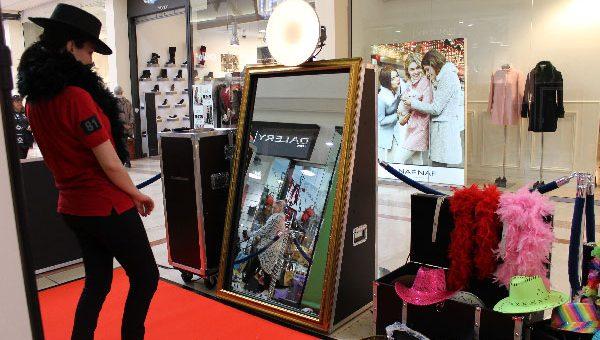 Posez devant un miroir géant interactif qui vous prend en photo. Ecrivez une dédicace avec le doigt… Repartez avec votre photo imprimée...